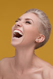 Glückliches Lächeln der jungen Frau mit den weißen Zähnen Lizenzfreie Stockfotografie