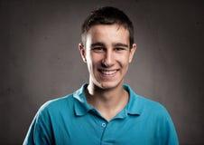 Glückliches Lächeln des jungen Mannes Lizenzfreie Stockfotografie
