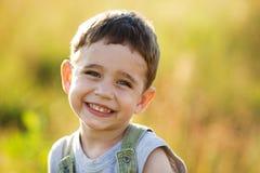 Glückliches Lächeln des kleinen Jungen Stockfotos