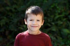 Glückliches Lächeln des kleinen Jungen im Freien stockfoto