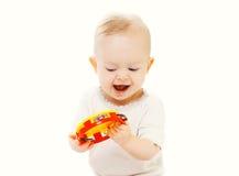 Glückliches lächelndes Baby, das mit Spielzeug auf weißem Hintergrund spielt Stockfotografie