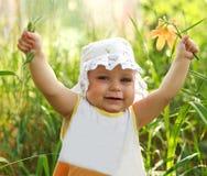 Glückliches lächelndes Baby, das sich Hände zeigt Lizenzfreie Stockfotos