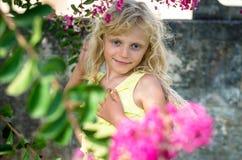 Glückliches lächelndes blondes Kind in der Natur Lizenzfreie Stockbilder
