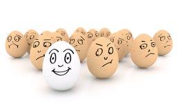 Glückliches lächelndes Ei auf weißem Hintergrund Stockbilder