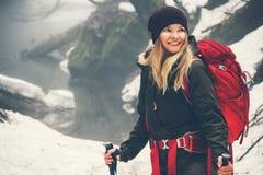 Glückliches lächelndes Frauen-Reisendwandern Lizenzfreies Stockfoto