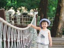 Glückliches lächelndes Gesicht des kleinen Mädchens auf bokeh Hintergrund mit Weinlese stockfoto