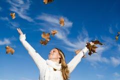 glückliches lächelndes Herbstmädchen Lizenzfreies Stockbild