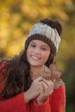 Glückliches lächelndes Herbstmodemädchen Stockfotos