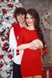 Glückliches lächelndes jugendlich Mädchen mit langer Borte band roten Bogen und rote Lippe lizenzfreie stockbilder