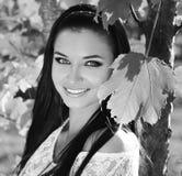 Glückliches lächelndes jugendlich Porträt des Mädchens draußen. Schwarzweiss-Foto Stockfotos
