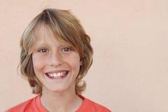 Glückliches lächelndes Jungenkind Stockfoto