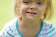 Glückliches lächelndes kaukasisches blondes wirkliches Leutemädchen des jungen Babys mit Porträt des schmutzigen Gesichtsabschlus Stockbilder