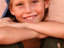 Glückliches lächelndes Kind stockfoto