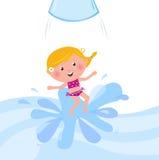 Glückliches lächelndes Kind, das vom Wasserplättchengefäß springt Lizenzfreies Stockbild