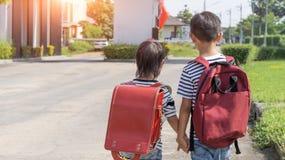 Glückliches lächelndes Kind in den Gläsern wird zum ersten Mal schulen Kinderjunge mit Tasche gehen zur Volksschule Kind von Prim stockfoto