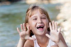 Glückliches lächelndes kleines Mädchen Stockbild