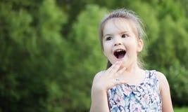 Glückliches lächelndes kleines Mädchen auf Spielplatz Stockfotos