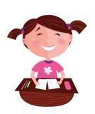 Glückliches lächelndes kleines Mädchen, das im Klassenzimmer erlernt Stockbild