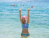 Glückliches lächelndes kleines Mädchen im Meer Lizenzfreies Stockbild