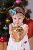 Glückliches lächelndes kleines Mädchen mit Geschenken lizenzfreie stockfotos