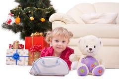 Glückliches lächelndes kleines Mädchen mit Geschenken lizenzfreie stockfotografie