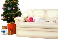 Glückliches lächelndes kleines Mädchen mit Geschenken lizenzfreie stockbilder