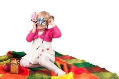 Glückliches lächelndes kleines Mädchen mit Geschenken stockbild