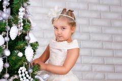 Glückliches lächelndes kleines Mädchen mit Geschenken lizenzfreies stockbild