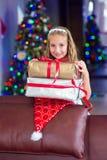 Glückliches lächelndes Kleinkindkindermädchen glücklich, ihr Weihnachtsgeschenk zu erhalten lizenzfreie stockfotos
