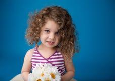 Glückliches lächelndes lachendes Kind: Mädchen mit dem gelockten Haar Lizenzfreies Stockfoto