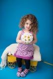 Glückliches lächelndes lachendes Kind: Mädchen mit dem gelockten Haar Stockfoto