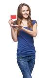 Glückliches lächelndes Mädchen, das leere Kreditkarte zeigt stockfotos