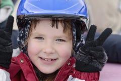 Glückliches lächelndes Mädchen in einem blauen Sturzhelm Lizenzfreies Stockbild