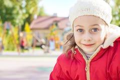 Glückliches lächelndes Mädchen im Freien auf dem Spielplatz Stockbild