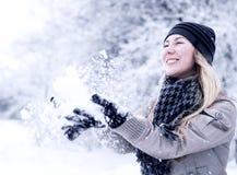Glückliches lächelndes Mädchen im Winter lizenzfreie stockfotografie