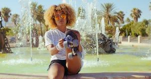 Glückliches lächelndes Mädchen mit Afro-Haarschnitt stock video footage