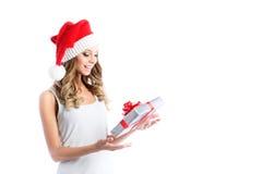 Glückliches lächelndes Mädchen mit Geschenkbox Stockfotografie