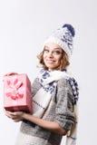 Glückliches lächelndes Mädchen mit Geschenkbox Stockbilder