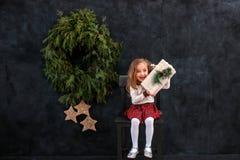Glückliches lächelndes Mädchen mit Weihnachtsgeschenkbox lizenzfreies stockfoto