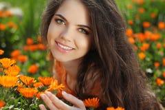 Glückliches lächelndes Mädchen. Schöne romantische Brunettefrau draußen lizenzfreie stockbilder