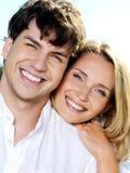 Glückliches lächelndes Paarportrait auf Natur Stockbilder