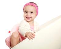Glückliches lächelndes Schätzchenkind im Studio lizenzfreie stockbilder