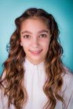 Glückliches lächelndes schönes Mädchen mit Klammern Stockfoto