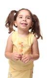 Glückliches lächelndes Vorschulmädchen in den Zöpfen stockfotos