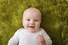 Glückliches lächelndes Weihnachtsbaby Lizenzfreie Stockbilder