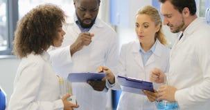 Glückliches lächelndes Wissenschaftler-Team Talking Holding Documents With-Ergebnis des Experimentes, erfolgreiches Forscher-Team stock video