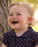 Glückliches Lachen des jungen Mädchens Stockbild