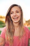 Glückliches lachendes jugendlich Mädchen Lizenzfreie Stockbilder