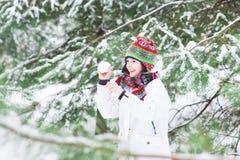 Glückliches lachendes Kind, das Schneeballkampf spielt Lizenzfreies Stockfoto