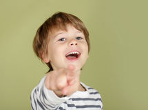 Glückliches lachendes Kinderzeigen Stockfoto
